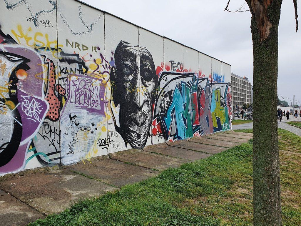 אומנות רחוב, אמנות אורבנית, גרפיטי, גרפיטי בגרמניה, גרפיטי בברלין, אמנות רחוב בגרמניה, אמנות רחוב בברלין, דרור הדדי, סיור גרפיטי, סיור גרפיטי בברלין, סיור אמנות רחוב בברלין, סיור אמנות רחוב חינם, הבלוג של דרור הדדי, אמנות רחוב וגרפיטי בהאקשה מרקט, אמנות רחוב וגרפיטי בהר השטן, ציורי קיר בברלין, הר טויפלסברג, איסט סייד גלרי, בלוג אמנות רחוב, בלוג גרפיטי, אורבן ספרי ברלין, אורבן ניישן ברלין, Street art, Urban art, Graffiti, Graffiti in Germany, Graffiti in Berlin, Street art in Germany, Street art in Berlin, Dror Hadadi, Graffiti tour, Graffiti tour in Berlin, Street art tour in Berlin, Free street art tour, Blog of Dror Hadadi, Street Art and Graffiti at Hackescher Markt, Murals in Berlin, Street SmArt Blog, Urban Nation Museum, Urban Spree, Holzmarkt Street Art, Teufelsberg Street Art, Schulz Hotel Berlin, The Wall Museum - East Side Gallery, East Side Gallery, Alexanderplatz, A – FENCE, Schillingstraße street art, Berlin Best Murials, Art Miles Mural Project, Berlin Walls, Schoneberg